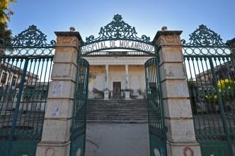 O portão de entrada do hospital