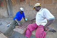 Pessoal jogando o que eu conhecia como Malawi Bawo. Aqui dão outro nome, mas o conceito é o mesmo. Esse é considerado um dos jogos mais antigos que existem.