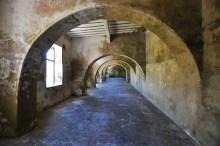 Assim como a Ilha de Zanzibar, a Ilha de Moçambique também era ponto focal para a venda de escravos na África e a fortaleza servia para este comércio. Em um espaço como este da foto, eram mantidos mais de 3000 pessoas.
