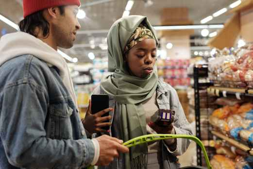 muslim couple buying groceries