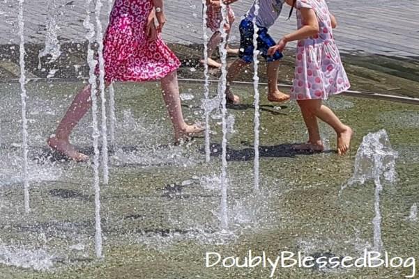 Abkühlung für die Kinder in der Sommerhitze - Wasserspiel besuchen und eintauchen