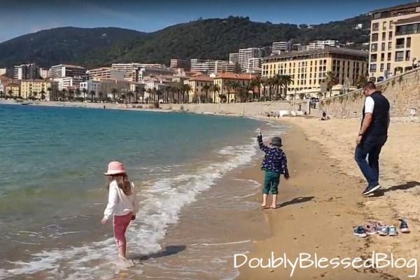 Mit Kindern am Stadtstrand von Ajaccio, Korsika - Mittelmeer mit Kindern