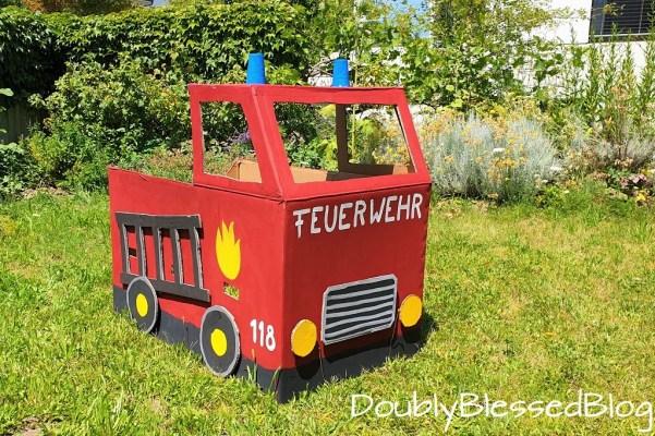 Ein Feuerwehrauto aus Karton für die Feuerwehrparty