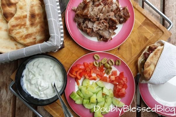 Pita-Brot vom Grill mit Schweinshalsstücken - Rezepte für Grillingsmoms mit Kindern