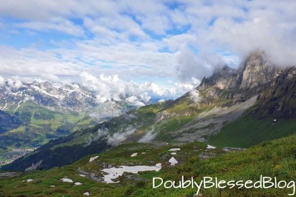 Der Blick von der Rugghibelhütte hinunter nach Engelberg