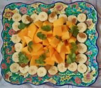 Mandala de bananes, mangue, coriandre et raisins secs