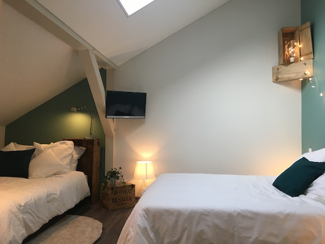 2 lits dans une chambre avec vieilles caisses en bois
