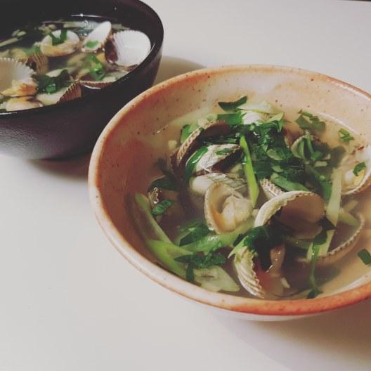 Soupe de coques, persil et ciboule ciselée 香芹蔥花小蛤蜊