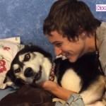 飼い主さんのキスに対して必死に抵抗するハスキー犬が超おもしろい