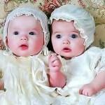 一緒に遊ぶかわいい双子の赤ちゃん ビデオかわいい双子の赤ちゃん
