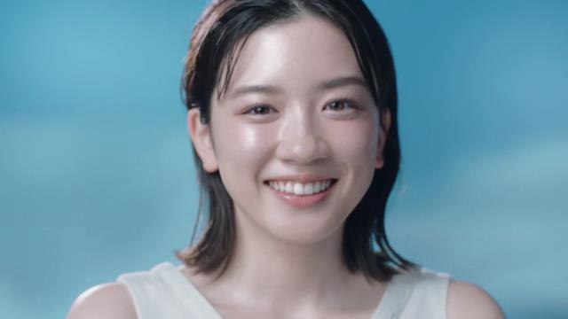 永野芽郁 が出演する カネボウ フリープラス のCM マイルドシャワー「うるおいとけこむ」篇