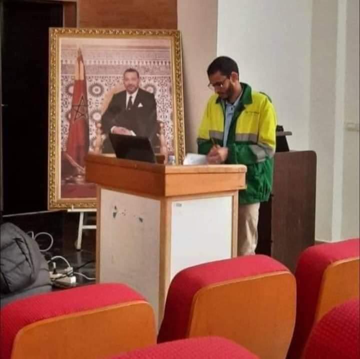 يوم للتاريخ,بزي عامل النظافة طالب يناقش أطروحة الدكتوراه و يلقى إشاذة واسعة