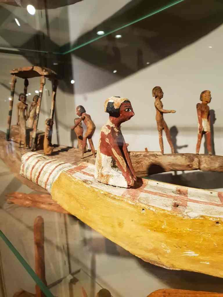 Museo egizio scena su barca