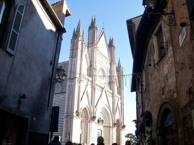 Duomo di Orvieto dal vicolo