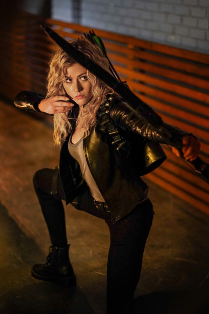 Katherine McNamara (Mia Smoak)
