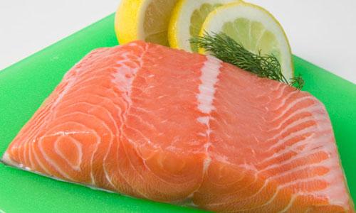 Salmone a lume di candela Ingredienti: 200 g di salmone fresco; 1 peperone verde; 1 cipolla molto piccola; 1 cucchiaio di prezzemolo tritato; 2 cucchiai di aceto; 6 cucchiai di olio d'oliva; un po' di farina. Preparazione: sbollentare il peperone per qualche minuto. Svuotarlo e tagliarlo a listarelle molto sottili. Infarinare le fette di salmone e cuocerle nell'olio per pochi minuti in modo che ogni lato sia leggermente dorato. Togliere il salmone dal fuoco e prepararlo su un piatto di portata. Nello stesso tegame soffriggere la cipolla tagliata finemente e il peperone. Cuocere per qualche minuto e, prima di togliere dal fuoco, aggiungere aceto e prezzemolo. Versare il tutto sul salmone e lasciar marinare