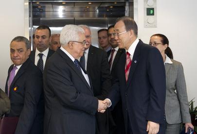 Secretário-Geral Ban Ki-moon (à direita) cumprimenta Mahmoud Abbas, Presidente da Autoridade Palestina, que ganhou status de Estado Observador não membro. (ONU/Mark Garten)