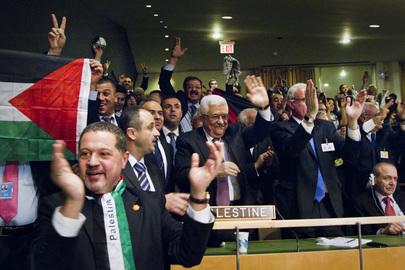 Mahmoud Abbas (ao centro), Presidente da Autoridade Palestina, com sua delegação na plenária da Assembleia Geral, após a decisão dos Estados-Membros da ONU. (ONU/Rick Bajornas)