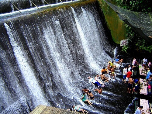 Lunch midden op een rivier met waterval - Villa Escudero, Luzon, Filipijnen