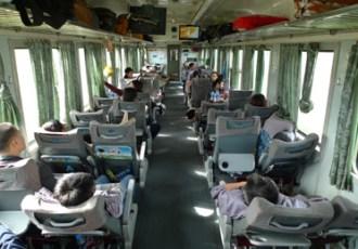 Zachte zitplaats op de trein van Da Nang (Danang) naar een andere bestemming in Vietnam