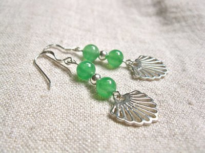 Aventurine Camino earrings with scallop shells for luck and confidence