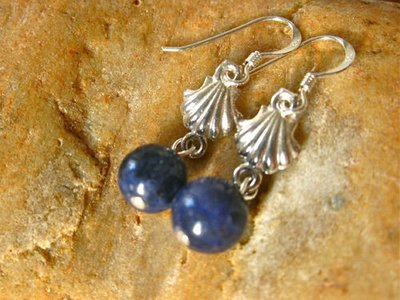 Camino earrings with scallop shells and sodalite