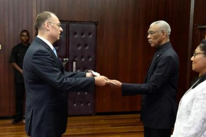 Ambassador Kim Højlund Christensen presents his Letters of Credence to President David Granger at the Ministry of the Presidency