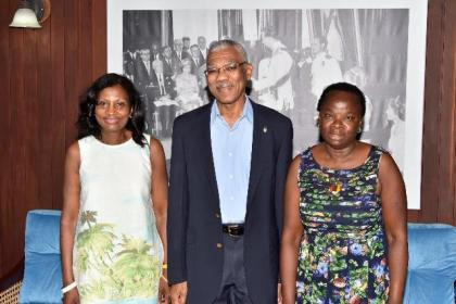 President David Granger flanked by Ms. Elsa Blackman (left) and Ms. Wannetta Phillips at the Ministry of the Presidency, this morning