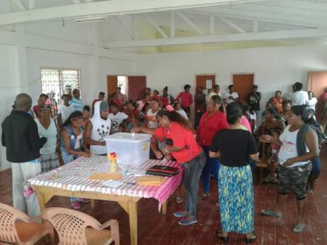 Residents of Hururu voting.