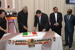 President David Granger and Mexican Ambassador Ivan Roberto Sierra Medel cut the cake to commemorate the 208th Independence Anniversary while First Lady Sandra Granger, Prime Minister Moses Nagamootoo and Vice President Carl Greenidge look on.