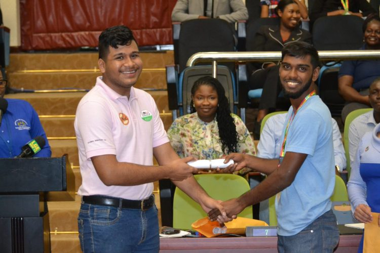 Shahad Husain receiving his scholarship from a representative of Global Technology