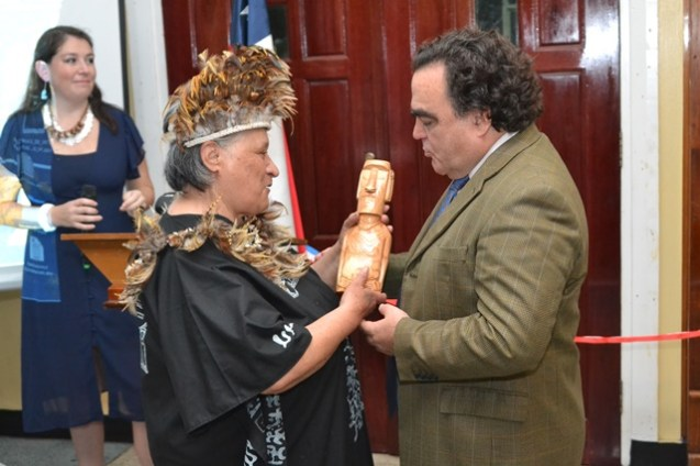 Chilean Ambassador to Guyana, Claudio Rojas receives a token from artist, Julia Hotus.