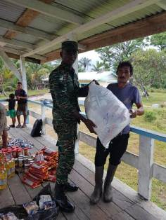 Migrant families receiving hampers from the Civil Defence Commission (CDC).