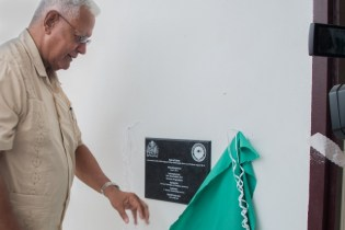 Minister of Agriculture, Noel Holder unveils the plaque commemorating the building.