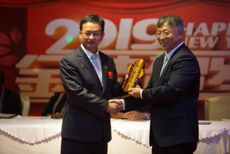 Chinese Ambassador HE Cui Jianchun presents one of the doctors of the 14 Chinese Medical Brigade with a token of appreciation
