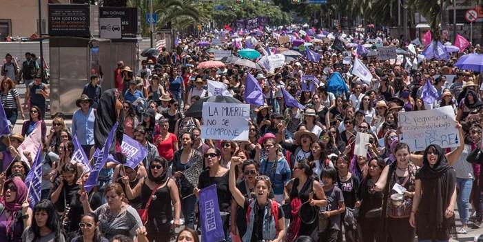 Miles de mujeres marchan contra feminicidios