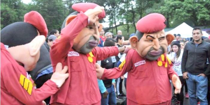 Botargas de Hugo Chávez en evento de MORENA