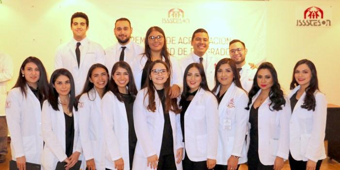 Culminan jóvenes médicos su Internado en Isssteson