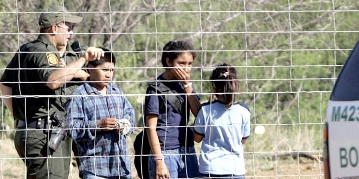"""EU cumple """"a medias"""" orden de reunir niños migrantes con sus padres"""