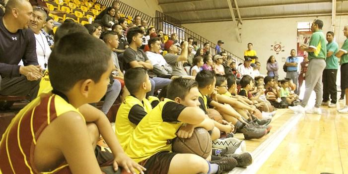 Charlan jóvenes deportistas con equipo técnico de Aguacateros de Morelia