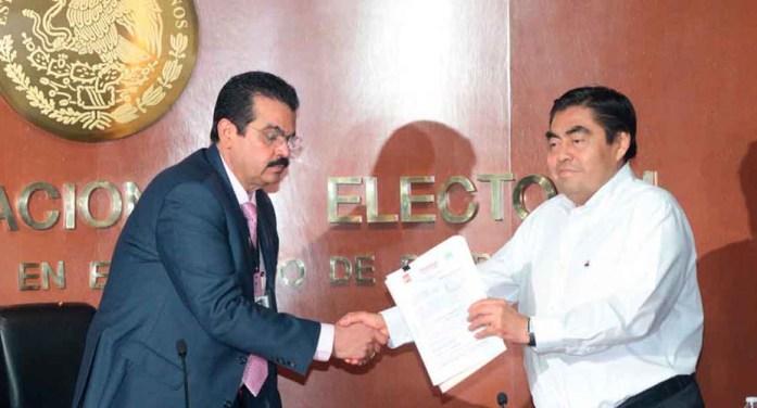 Miguel Barbosa se registró ante el INE por Morena para gobernar Puebla