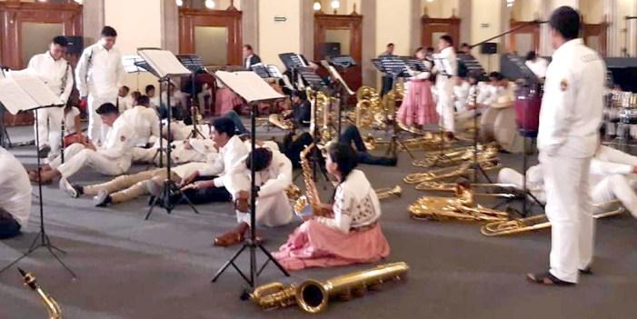 Entregan instrumentos a músicos de Oaxaca