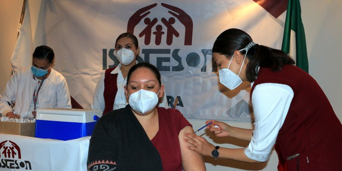Trabajadores de Isssteson reciben vacuna contra Covid-19