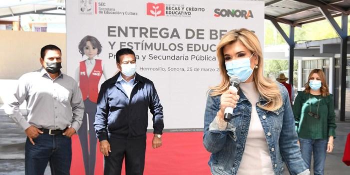 Claudia Pavlovich entrega becas en Hermosillo