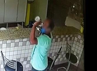 Vídeo | Homem é flagrado tomando álcool em gel de panificadora de PG