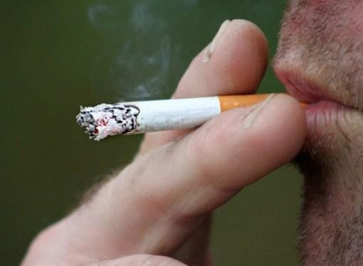 Fumantes têm maior chance de desenvolver quadros graves do coronavírus, diz relatório