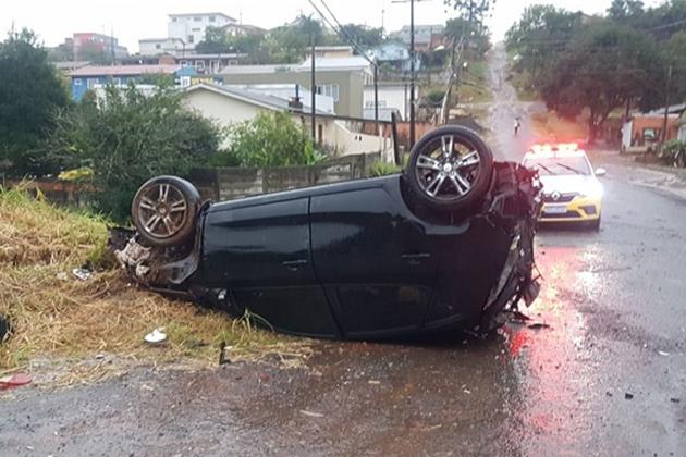 Vídeo: Carro capota após sair da pista em avenida de Ponta Grossa