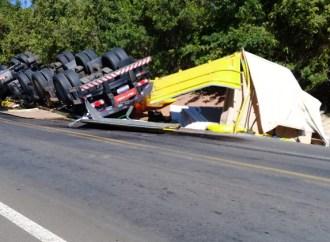 Vídeo: Carreta tomba em rodovia de Palmeira após se desviar de veículo que invadiu a pista