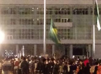 Fotos e vídeos: Curitiba tem quebra-quebra e manifestantes queimam bandeira do Brasil hasteada em frente ao Palácio Iguaçu