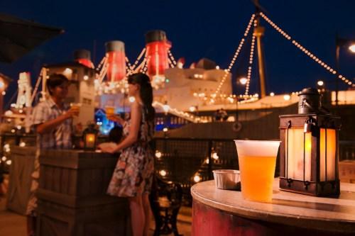 アメリカンウォーターフロントで乾杯! (c)Disney